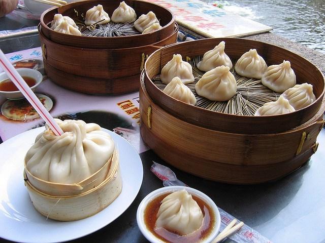 Những chiếc bánh bao thơm ngon được ăn bằng một cách kì lạ 10 món ăn ngon đậm chất Thượng Hải