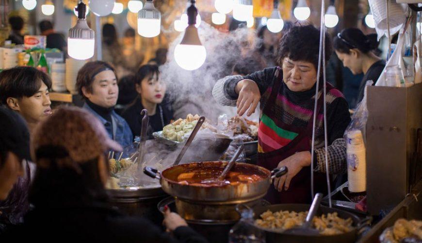 Nóng hổi như vầy có vừa lòng những tín đồ ăn uống? 3 khu chợ siêu hot ở Seoul