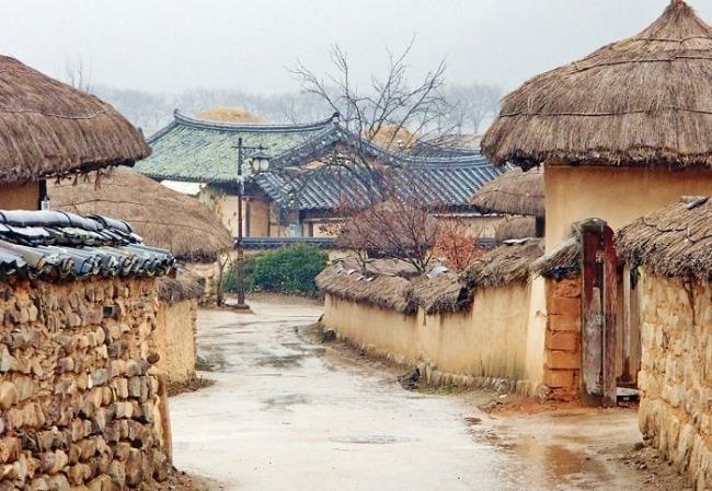 Những mái nhà san sát nhau yên bình và trầm mặc