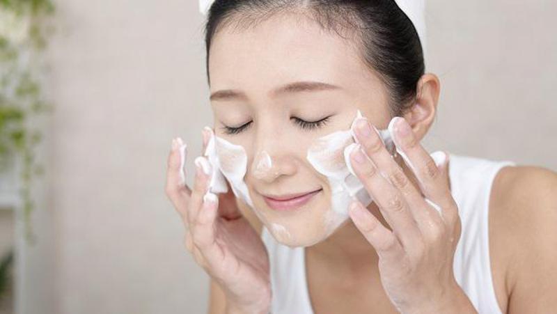 Có nhiều lí do khiến chúng ta hạn chế dùng sửa rửa mặt buổi sáng để giữ ẩm cho da chăm sóc da mùa đông