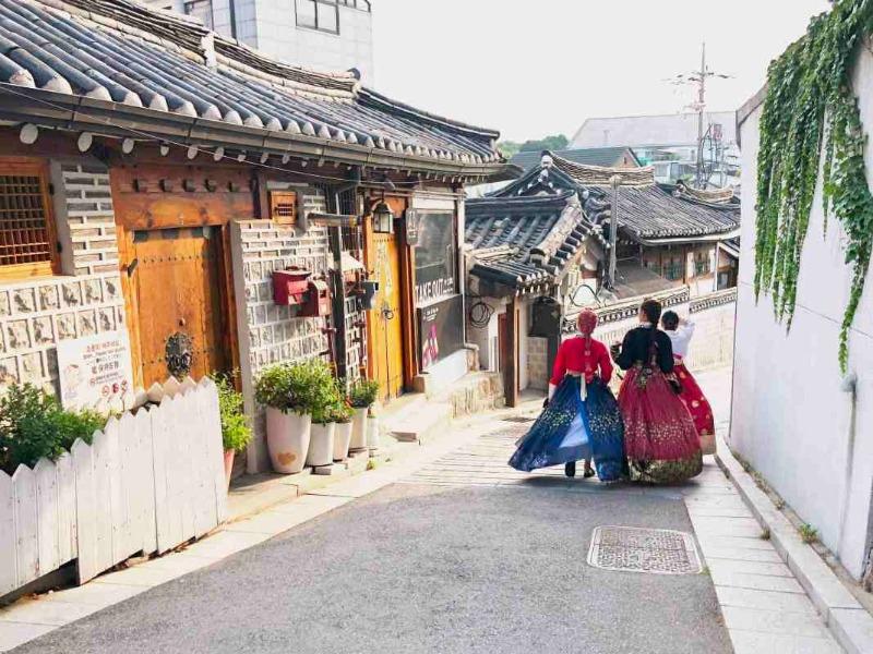 Xúng xính hanbok giữa những con dốc thoai thoải - Những địa điểm check in siêu xịn ở Seoul