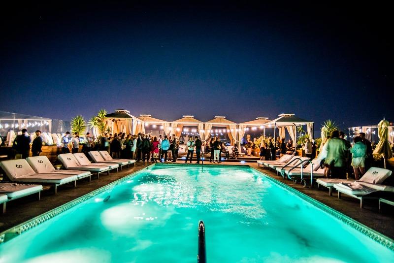Quán bar bên hồ bơi và những bữa tiệc vui nhộn Sky bar cực hot tại Los Angeles