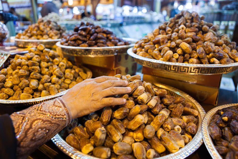 Qủa chà là là thức quà dễ thấy ở khu chợ nông sản kinh nghiệm du lịch Dubai