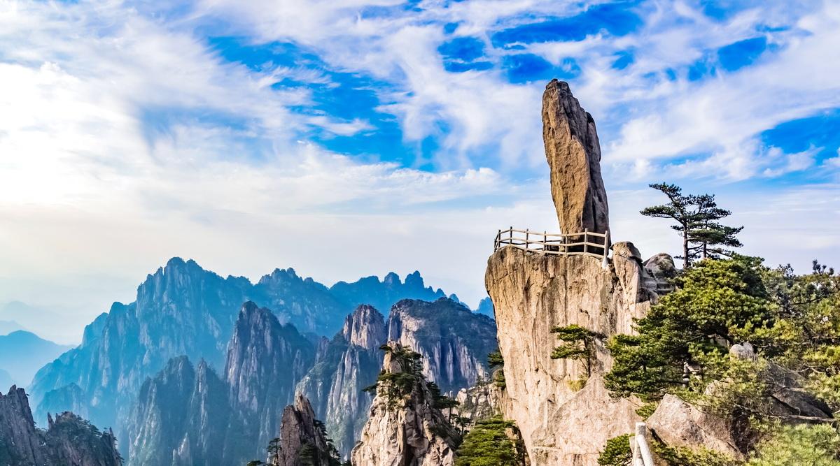 Quái Thạch sừng sững, đâm toạc chân mây săn mây trên đỉnh Hoàng Sơn