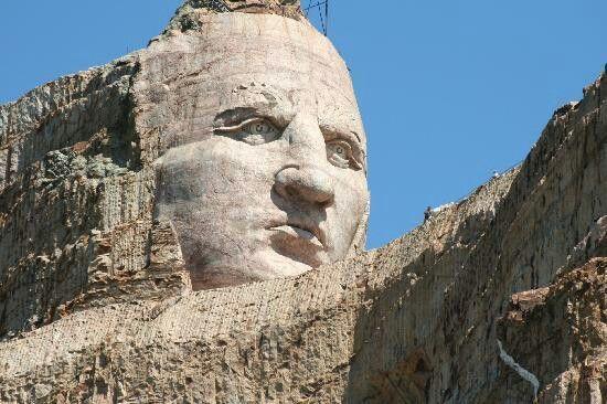 Bức tượng điêu khắc khổng lồ trên vách núi
