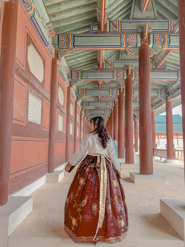 Xúng xính Hanbok đi khắp Cảnh Phúc Cung. Cr: Bui Hong Ngoc nên đi du lịch Hàn Quốc hay Nhật Bản