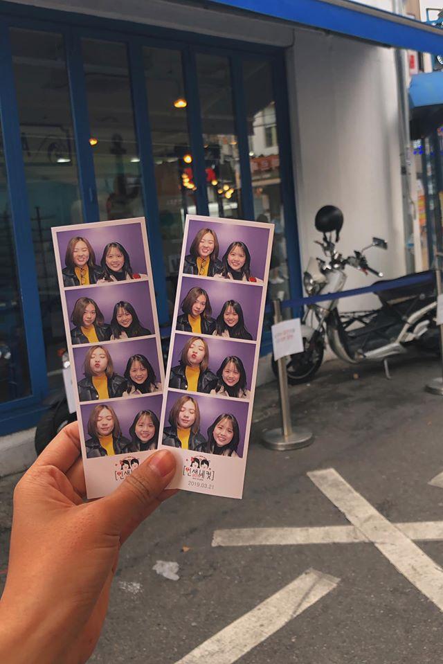 Chụp vài tấm hình xinh xắn tại Hongdae. Cr: Minh Thy review du lịch Hàn Quốc